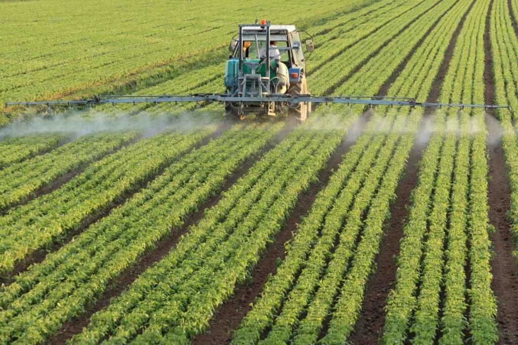 Používanie fertilizérov a pesticídov v poľnohospodárstve