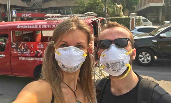 Používanie rúšok pri prechádzke v Chiang Mai.