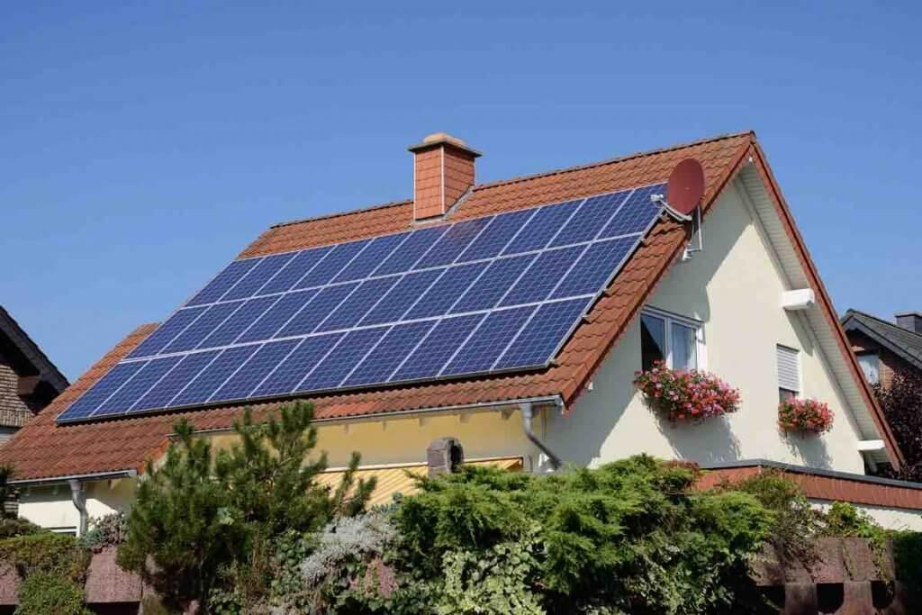 Solárne panely na streche domu - obnovitelná energia